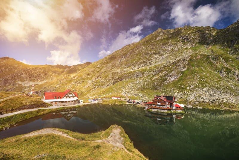 Lago cerca del camino de Transfagarasan, visión panorámica del glaciar de Balea fotografía de archivo libre de regalías