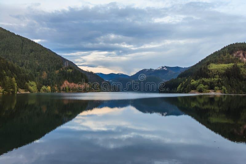 Lago cerca del parque nacional Washington los E.E.U.U. de las cascadas del norte imágenes de archivo libres de regalías