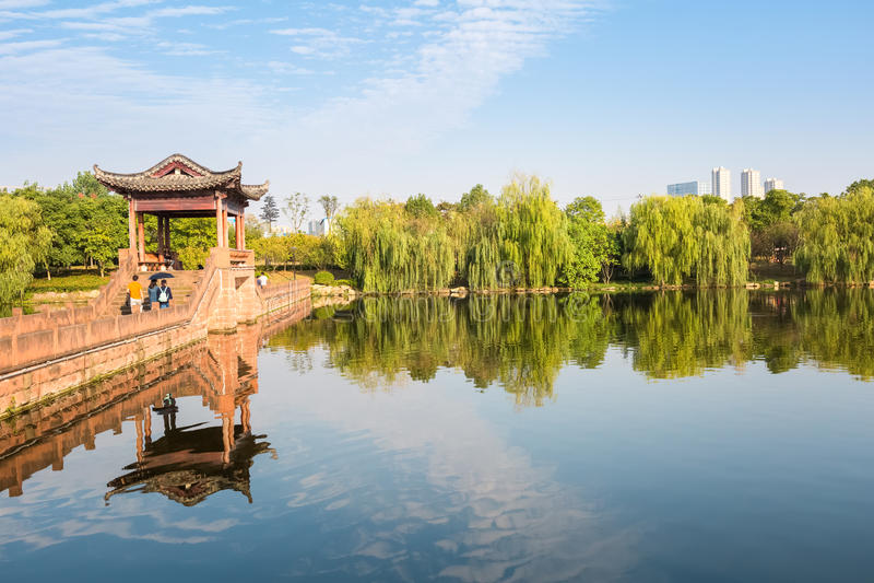 Lago city in parco immagini stock