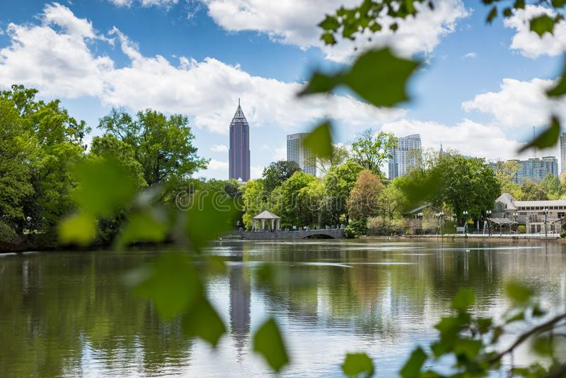 Lago Clara Meer con el horizonte del Midtown Atlanta en el fondo fotos de archivo