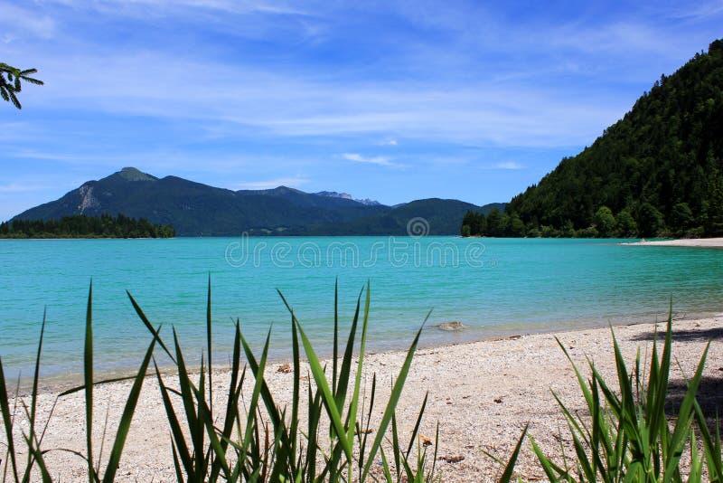 Lago claro da montanha fotografia de stock