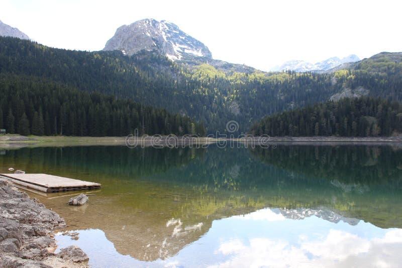 Lago claro de la montaña foto de archivo libre de regalías