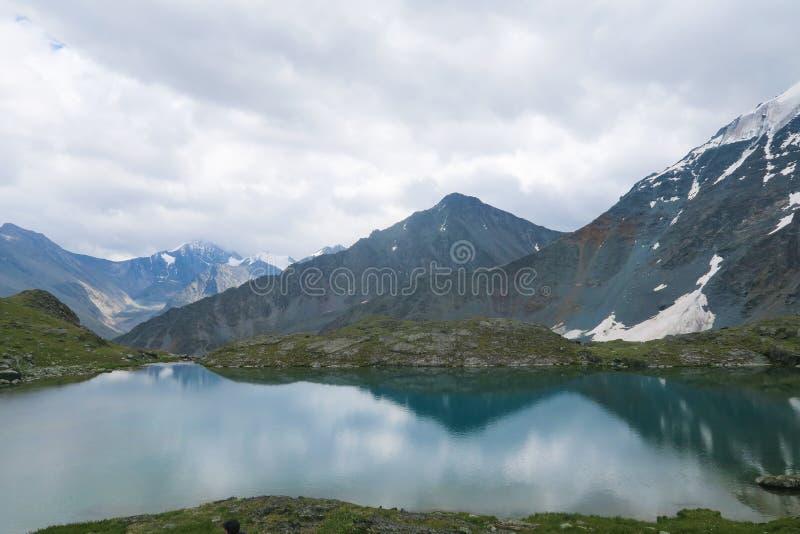 Lago claro do espelho da montanha E Montanhas de Altai, R?ssia foto de stock royalty free