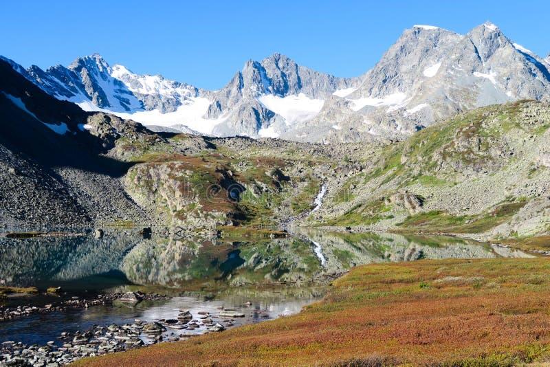 Lago claro do espelho da montanha na opinião cênico das cores do outono Queda nas montanhas de Altai, R?ssia fotografia de stock royalty free