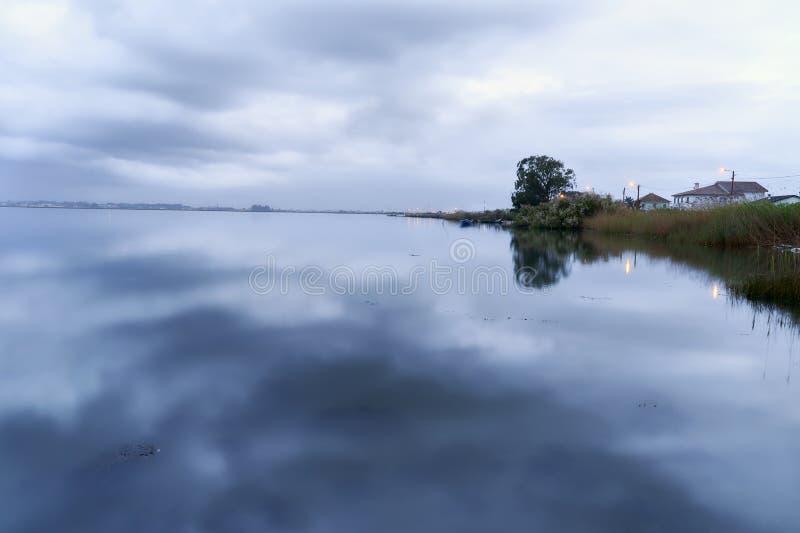 Lago clouds el invierno en la hora azul imagen de archivo libre de regalías
