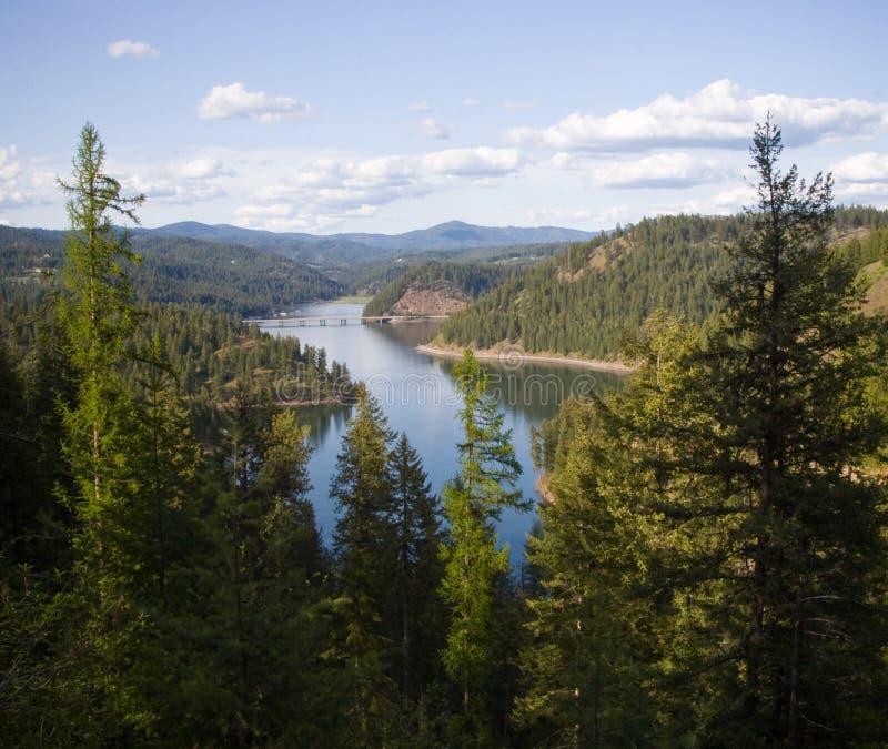 Lago Coeur'd Alene e montagne del nord dell'Idaho fotografie stock libere da diritti