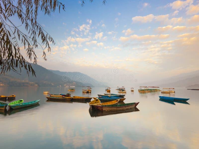 Lago colorido de surpresa Phewa dos barcos de Nepal fotografia de stock royalty free
