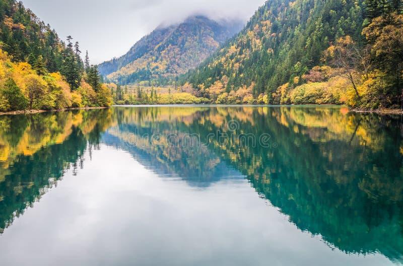 Lago colorido no outono imagens de stock