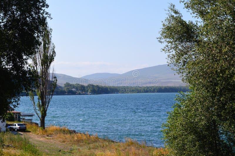 Lago com árvores, Armênia Sevan foto de stock royalty free
