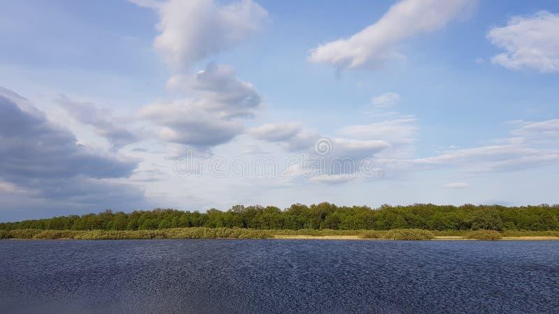 Lago com as ondinhas na água e nas nuvens foto de stock royalty free