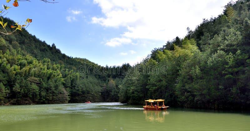 Lago com barco, montanhas internas de Tianzhu, província de AnHui, China fotos de stock