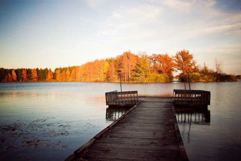 Lago com doca foto de stock