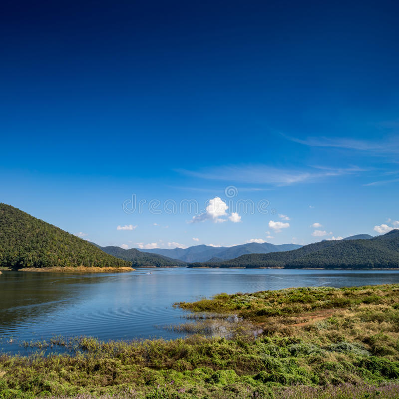 Lago com fundo da montanha e do céu azul fotos de stock