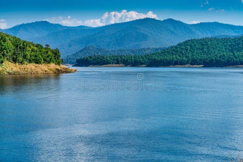 Lago com fundo da montanha e do céu azul imagens de stock