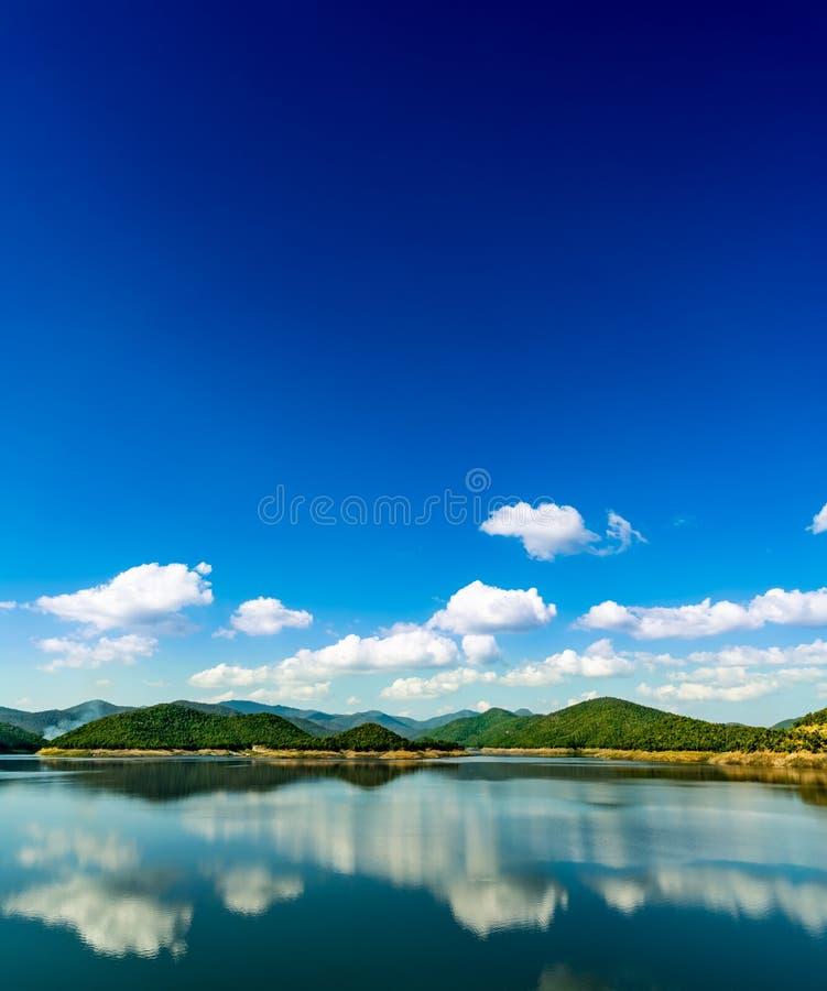 Lago com fundo da montanha e do céu azul imagens de stock royalty free