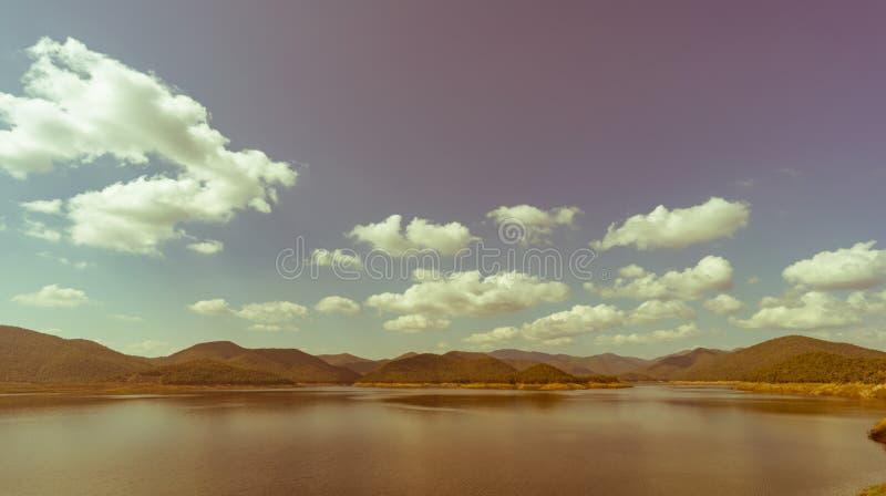 Lago com fundo da montanha e do céu azul fotografia de stock royalty free