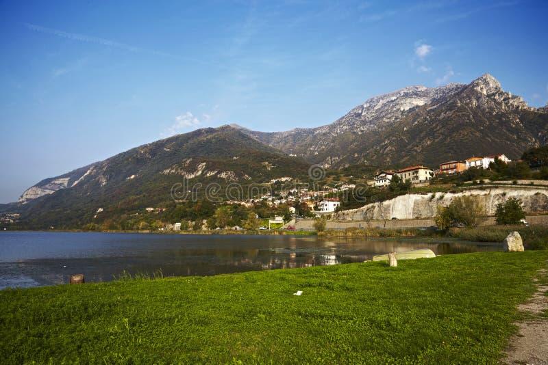 Lago com montanha imagens de stock