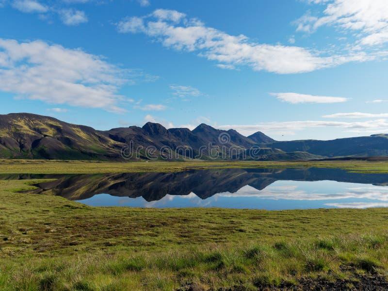 Lago com montanhas espelhadas Islândia foto de stock royalty free