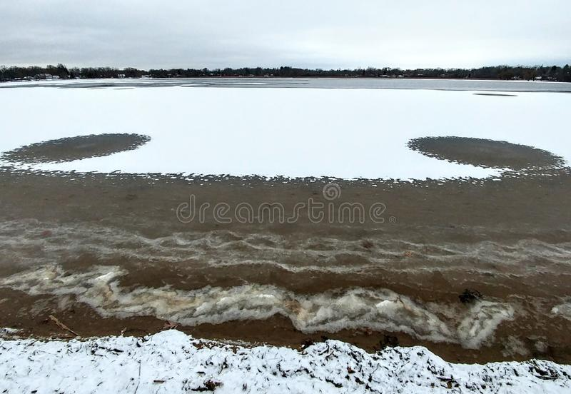 Lago com neve e furos de ar imagem de stock