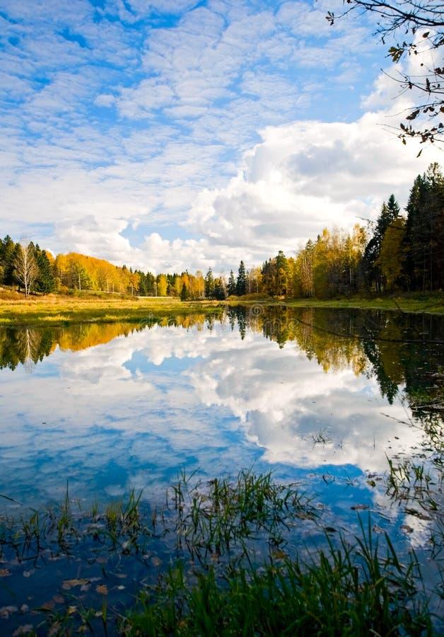 Lago com reflexões foto de stock