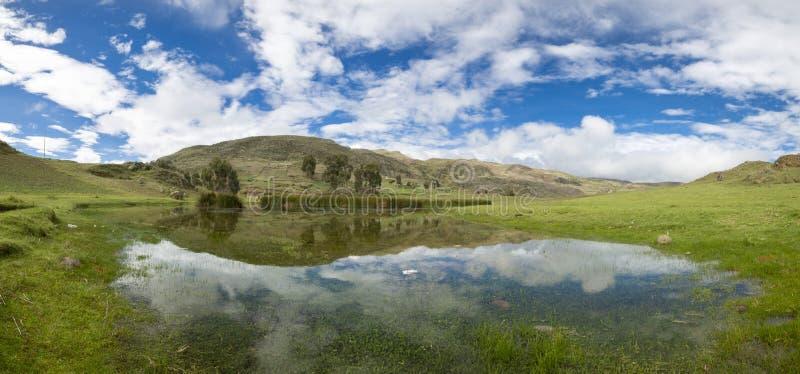 Lago com reflexões da água, Huaraz Conococha no Peru imagens de stock royalty free