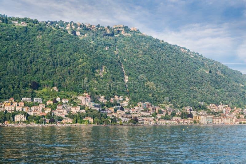 Lago Como, ciudad de Como y pueblo de Brunate, Italia septentrional foto de archivo