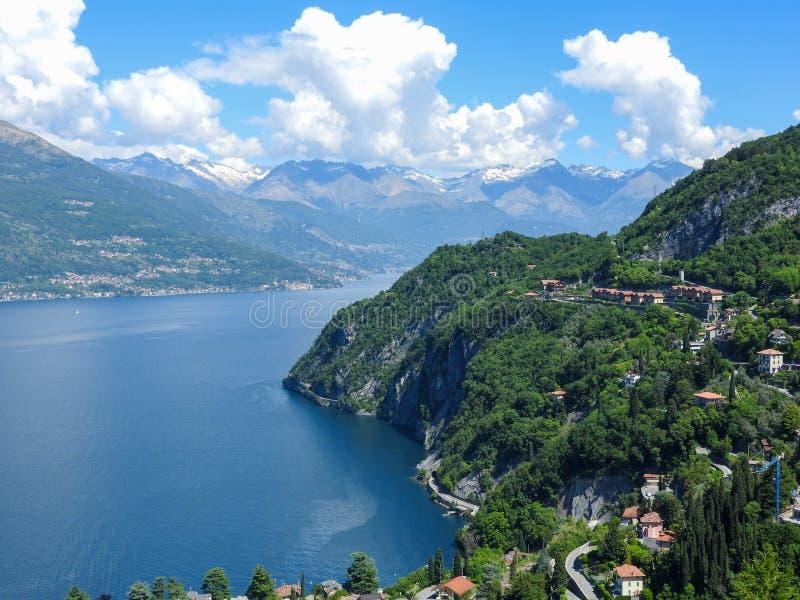 Lago Como e os cumes italianos fotos de stock royalty free