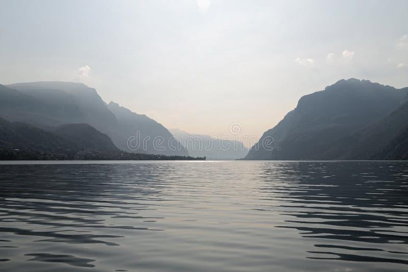 Lago Como ed alpi nei precedenti fotografia stock libera da diritti
