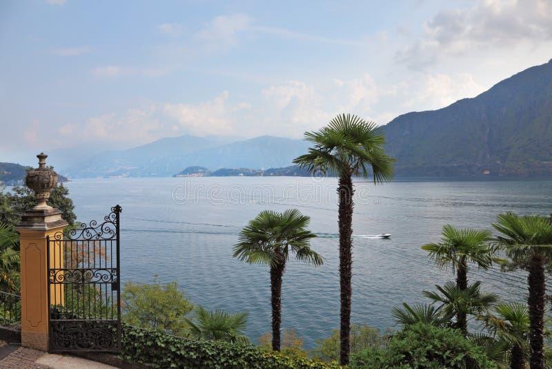 Lago Como en brumoso un humo imagen de archivo