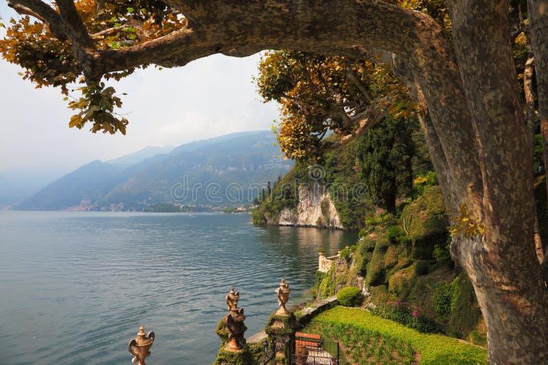 Lago Como en la calina brumosa fotos de archivo