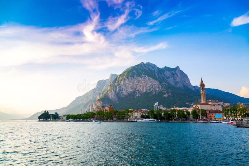 Lago Como en la ciudad de Lecco, región de Lombardía, Italia fotografía de archivo