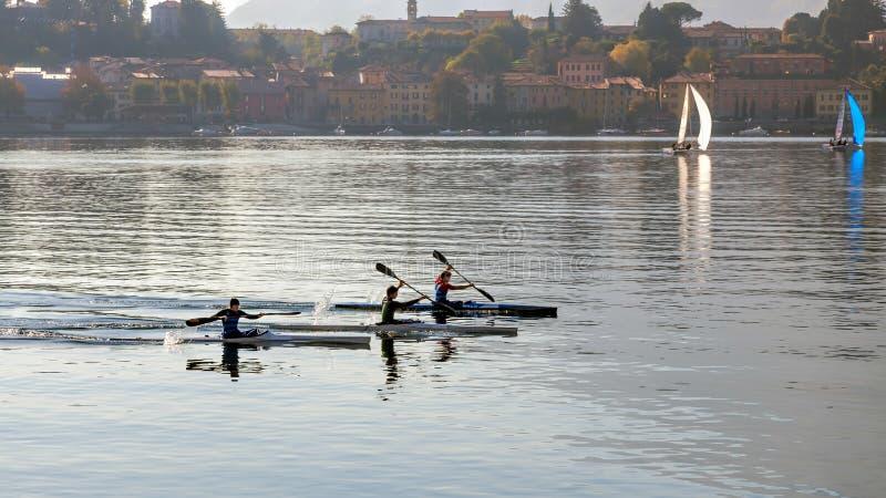 LAGO COMO, ITALY/EUROPE - 29 DE OUTUBRO: Kayaking no lago Como Lec fotos de stock