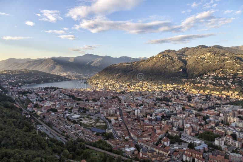 Lago Como L'Italia Vista panoramica della città di Como dal castello di Baradello fotografia stock libera da diritti