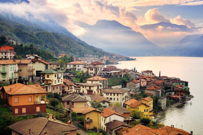 Lago Como, Milán, Italia, en puesta del sol fotos de archivo