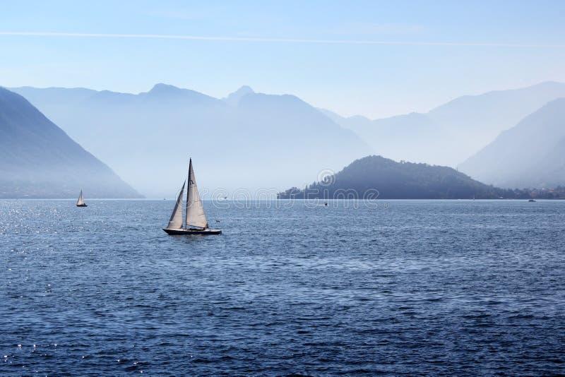 Lago Como sailing imagenes de archivo