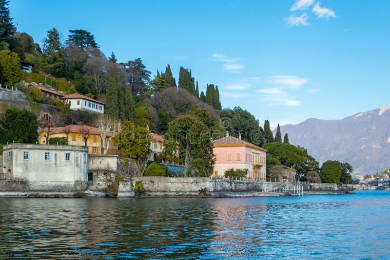Lago Como, vista de la ciudad Rovenna, Italia foto de archivo