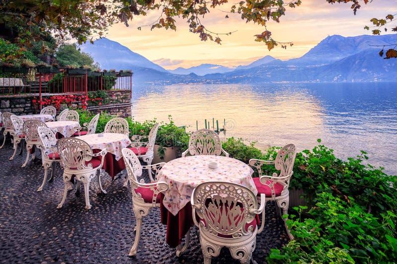 Lago Como y montañas en puesta del sol, Italia de las montañas imágenes de archivo libres de regalías