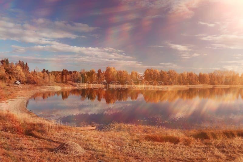 Lago con el bosque del otoño en la orilla fotografía de archivo