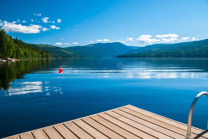 Lago con el muelle imagen de archivo