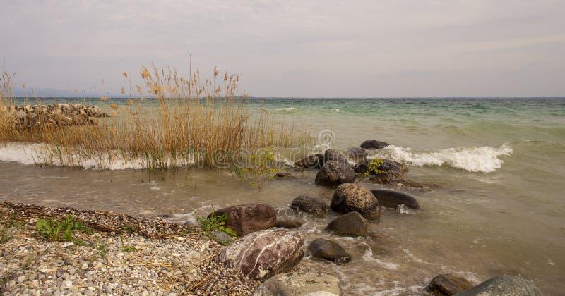 Lago con i mari in tempesta stessi fotografia stock libera da diritti