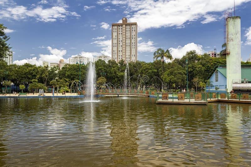 Lago con la fontana in parco Santos Dumont, Sao Jose Dos Campos, Brasile fotografia stock libera da diritti