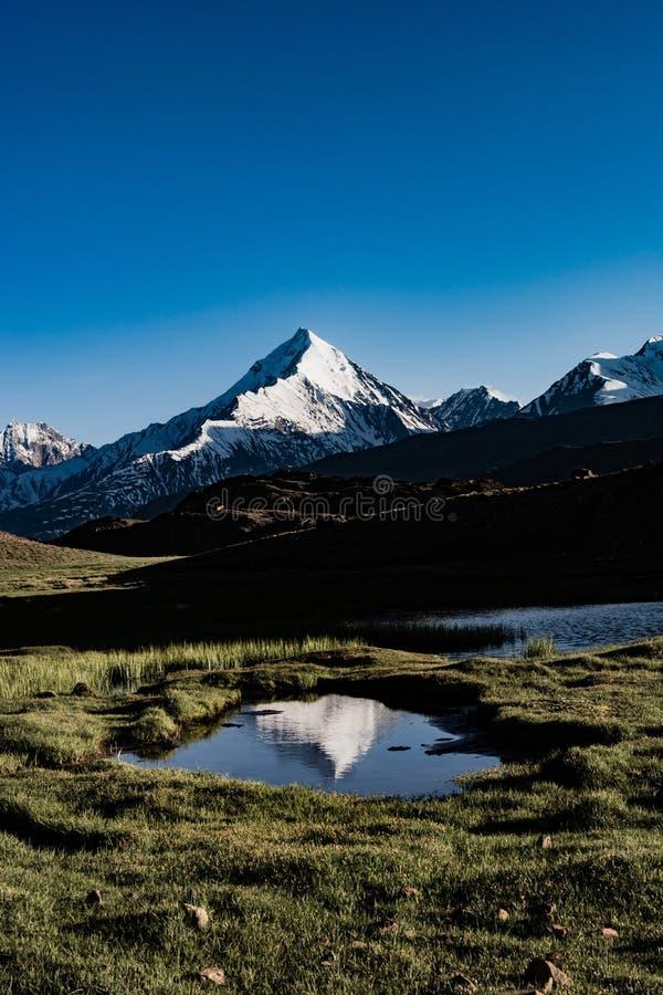 Lago con la reflexión de una montaña en el fondo foto de archivo