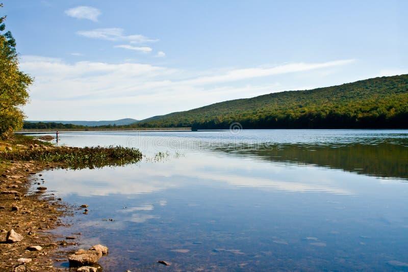 Lago con la riflessione e le montagne fotografia stock libera da diritti