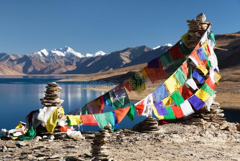 Lago con las banderas del rezo - Ladakh tso Moriri foto de archivo libre de regalías