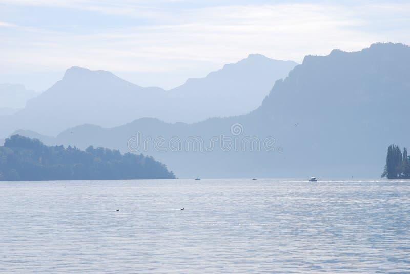 Lago con las montañas imagen de archivo libre de regalías