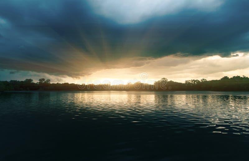 Lago con le foreste dense, viste panoramiche fotografie stock libere da diritti