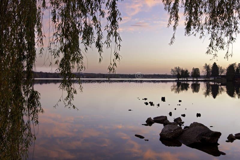 Lago con le riflessioni immagini stock