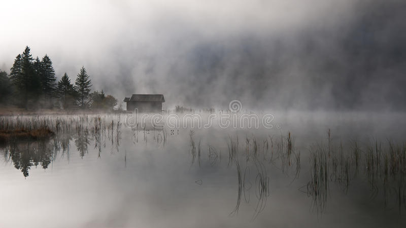 Lago con otoño-niebla foto de archivo
