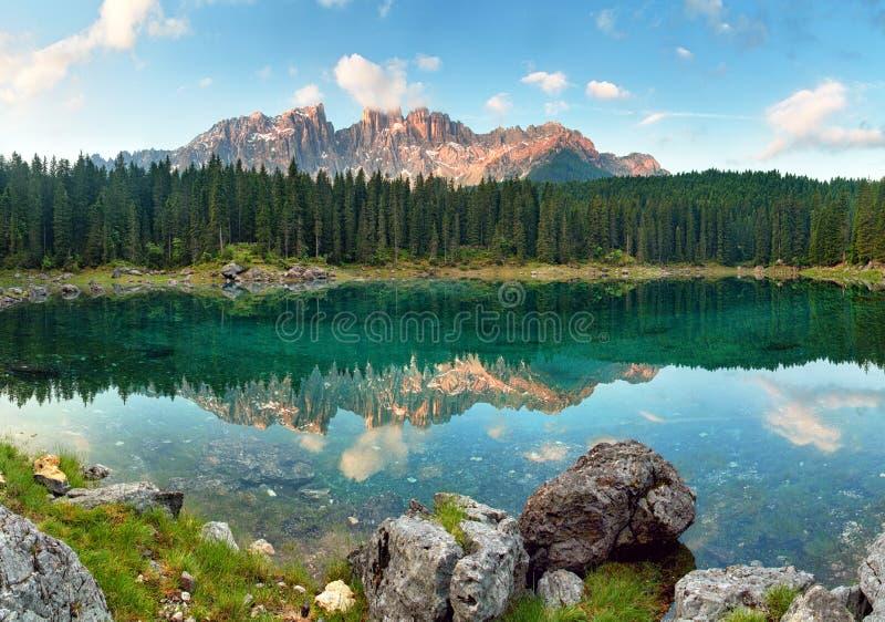 Lago con paisaje del bosque de la montaña, Lago di Carezza imagen de archivo libre de regalías