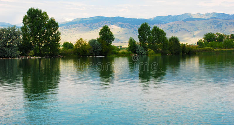 Lago con reflexiones apacibles foto de archivo